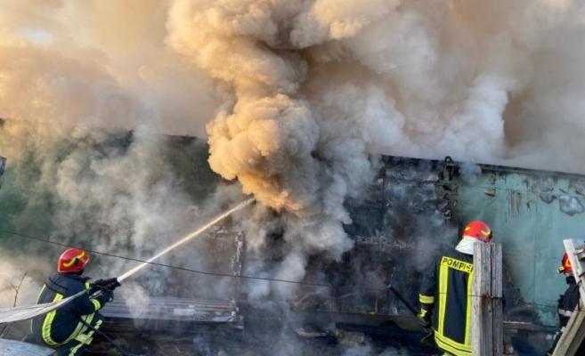 Incendiu la locuința unei bătrâne de 60 de ani din cauza unui aragaz lăsat nesupravegheat