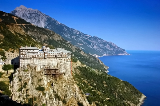 Izolare fără mâncare sau medicamente. Călugării de pe Muntele Athos trec printr-o situație DISPERATĂ