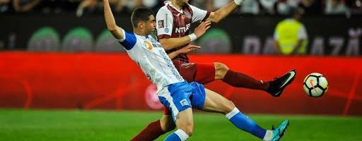 George Țucudean într-un duel cu un fotbalist de la Universitatea Craiova