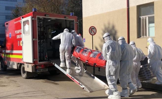 Persoană transportată cu izoleta la spital