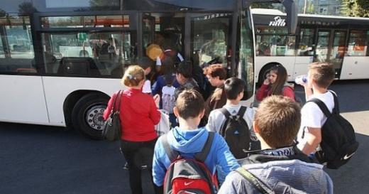 Elevi folosind transportul în comun