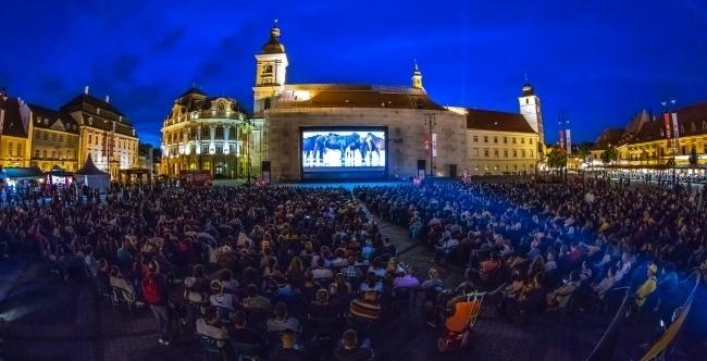Clujenii urmărind un film la TIFF în Piața Unirii