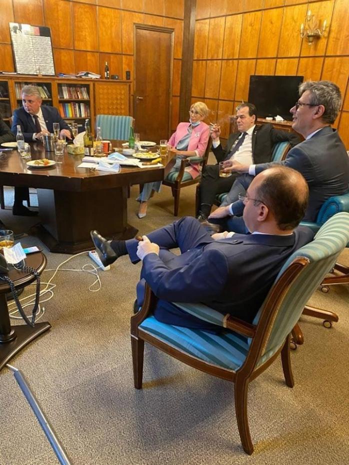 Lucian Bode, Raluca Turcan și Ludovic Orban consumând alcool și tutun la Palatul Victoria