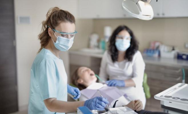 Foto: pexels.com O programare la dentist îi costă pe clujeni mai mulți bani