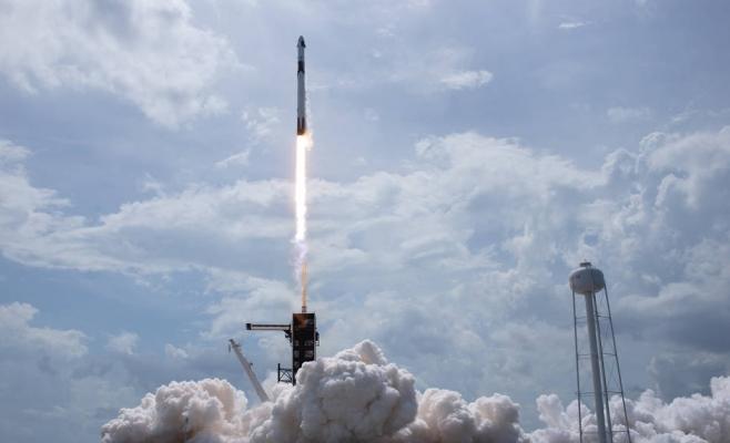 O rachetă SpaceX Falcon 9 care transportă nava spațială Crew Dragon a companiei este lansată de la Complexul Launch 39A din misiunea SpaceX Demo-2 a NASA către Stația Spațială Internațională cu astronauții NASA Robert Behnken și Douglas Hurley la bord, sâmbătă, 30 mai 2020, la Kennedy Space de la NASA Centru în Florida. Credite: NASA / Bill Ingalls