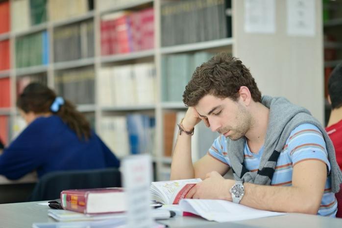 Absolvenții de liceu care doresc să se înscrie la UMF trebuie să se pregătească pentru admitere