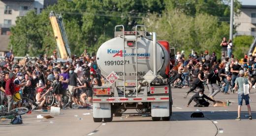 Un camion cisternă a fost la un pas să provoace o tragedie la protestele din SUA