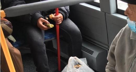 O femeie a fost surprinsă mâncând salam și murăruti în autobuz