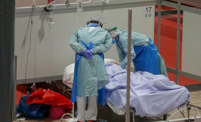 Bolnav de coronavirus tratat de medici