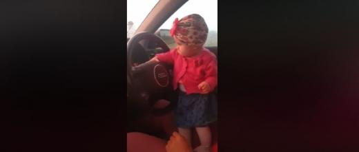 Fetiță la volan