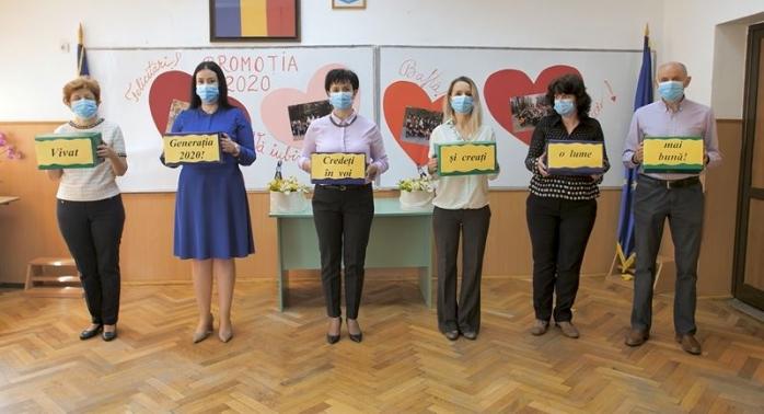"""Festivitate de absolvire în timp de pandemie. Absolvenții școlii """"Ion Creangă"""" au fost """"sărbătoriți"""" altfel în acest an"""