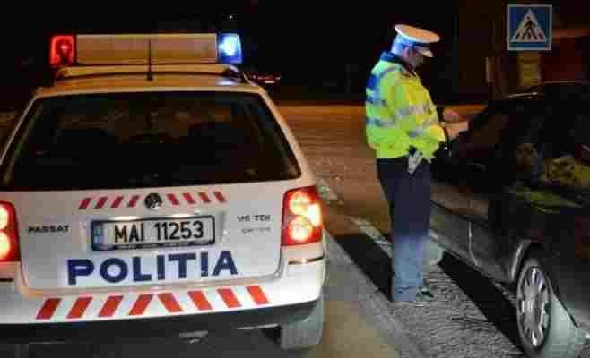 Un polițist amendează un șofer care nu a respectat regulile de circulație