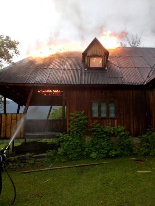Casă lovită de fulger, la Cluj. Acoperișul a fost distrus de flăcări
