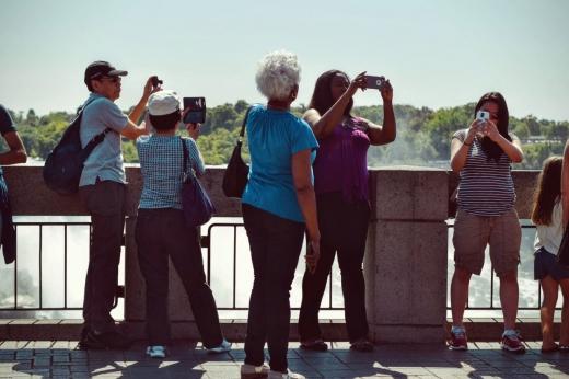 Turiști fotografiind obiective