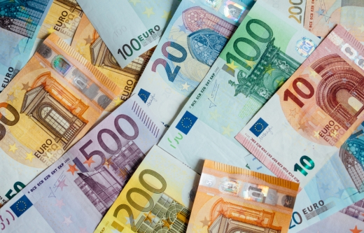 Euro a scăzut la minimul ultimei luni