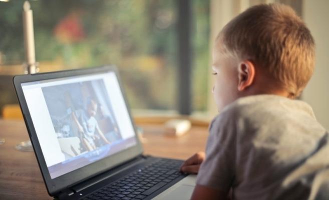 Școala online ar putea ascunde o problemă majoră: abandonul școlar