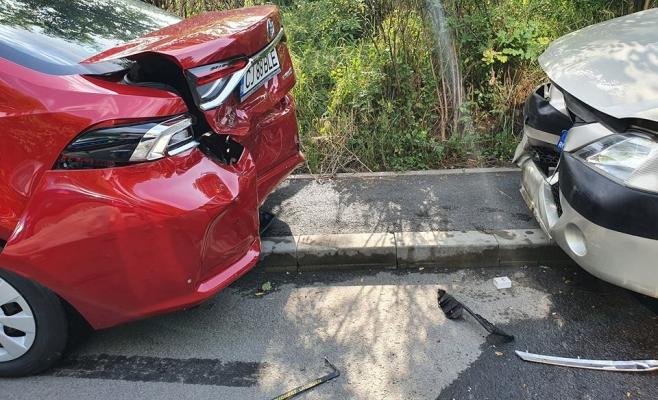 Accident pe Strada Herculane din Cluj-Napoca. Un șofer a avariat patru mașini parcate