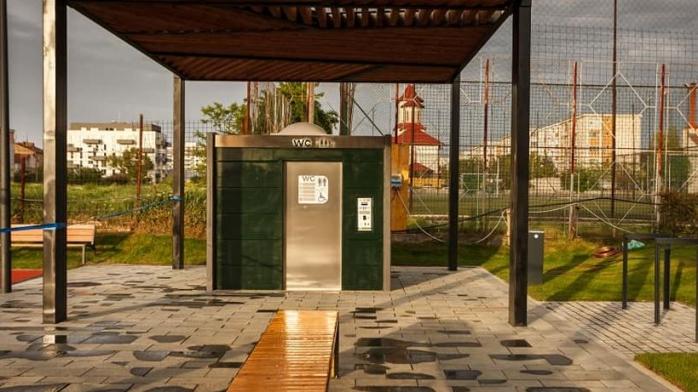 Toaletă publică cu sistem de auto-igienizare