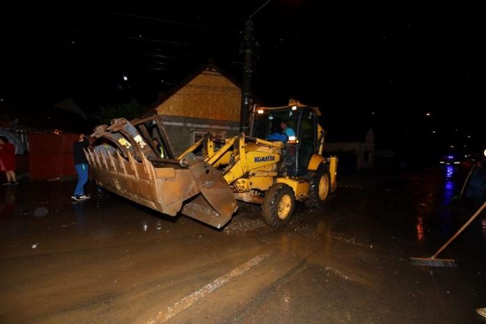 Dezastru după furtuna de la Cluj. Drumuri blocate, case inundate și copaci doborâți. FOTO