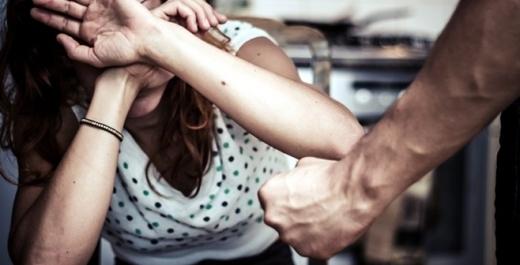 Un bărbat acuzat că și-a bătut soția a fost arestat