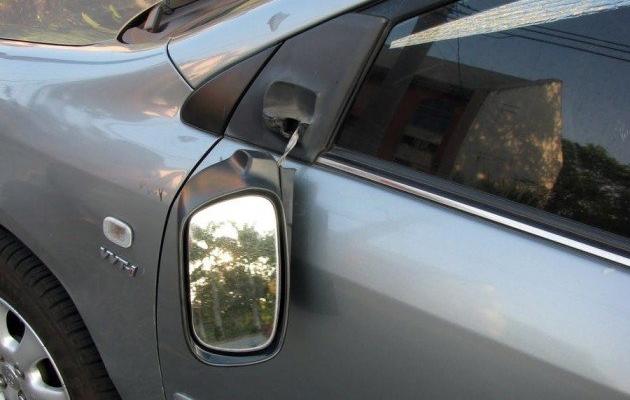 A DISTRUS parbrizele și oglinzile unor mașini parcate