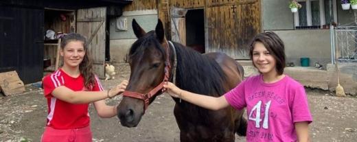 Doi dintre cei trei copii, cu calul primit în dar