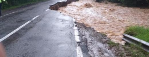 """VIITURA """"a măturat"""" două porțiuni de drum din județ. Clujenii afectați de inundații ar putea fi DESPĂGUBIȚI de Guvern"""