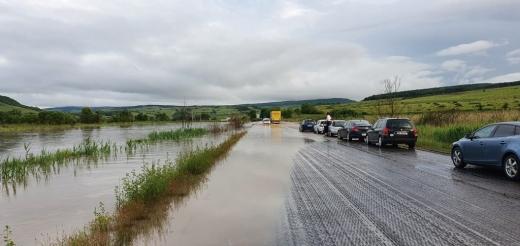 """Drumul care leagă Clujul de Zalău """"a intrat la apă"""". Circulația, blocată de inundații"""
