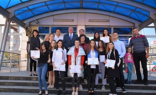 Elevii cu media 10 la Evaluare Națională, premiați cu câte 2.000 de lei
