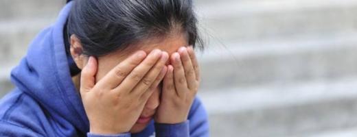 Un bărbat a încercat să violeze o tânără PE STRADĂ! Au salvat-o câțiva trecători