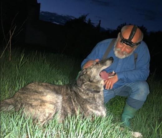 FOTO: Radu Țermure, cu unul dintre câinii pe care i-a salvat