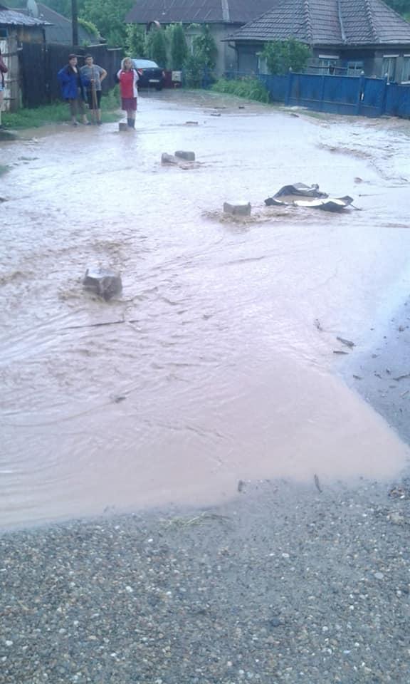 O ploaie zdravănă a inundat localitatea Tăuţi