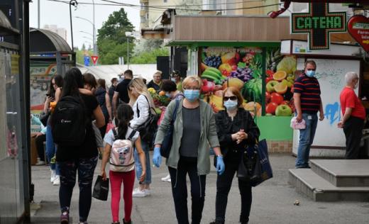 Oameni pe stradă cu mască Cluj foto: Paul Gheorgheci monitorulcj.ro