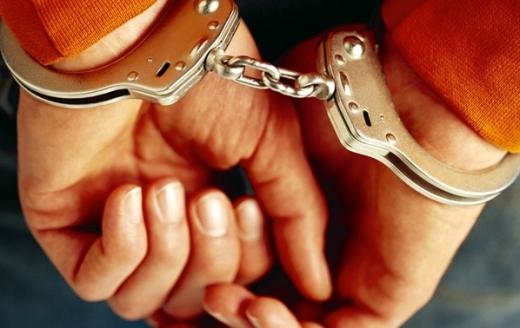Un bărbat a fost arestat după ce a înjurat o femeie și a încercat să DISTRUGĂ mașina poliției