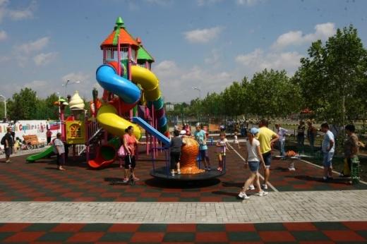 EXCLUSIV. Doi vietnamezi au făcut SCANDAL într-un parc de copii. A intervenit poliția