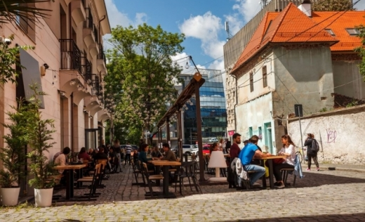 Oameni la terase în Cluj după al doilea val de măsuri de relaxare