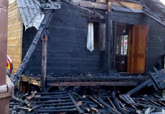 O cabană din Mărișel a fost MISTUITĂ de flăcări după ce a fost lovită de un FULGER