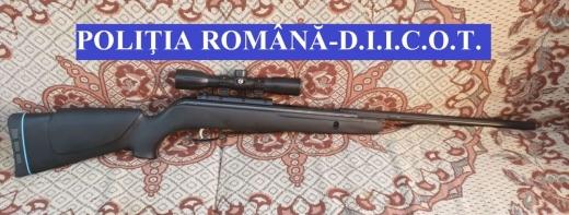Droguri, arme și zeci de mii de euro, confiscate de polițiștii clujeni, în urma unor percheziții