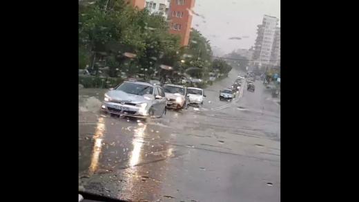 Ploaia a paralizat orașul! Mai multe străzi blocate și ambuteiaje după ploaia torențială