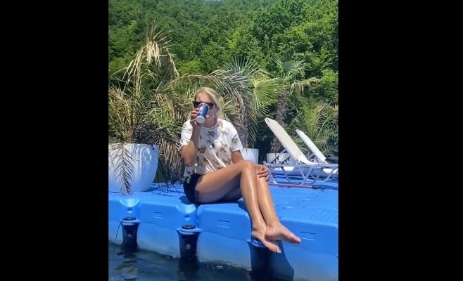 VIDEO. Șef de birou al Salvaspeo Cluj bea apă direct din Tarnița, ca să demonstreze că nu e poluată