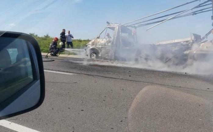 Incendiu pe autostradă. O autoutilitară a luat foc pe A3