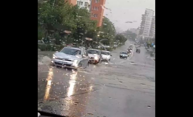 """De ce apar inundații după fiecare ploaie torențială, la Cluj? Tarcea: """"Canalizarea a fost proiectată pentru clima de acum 30 de ani"""""""
