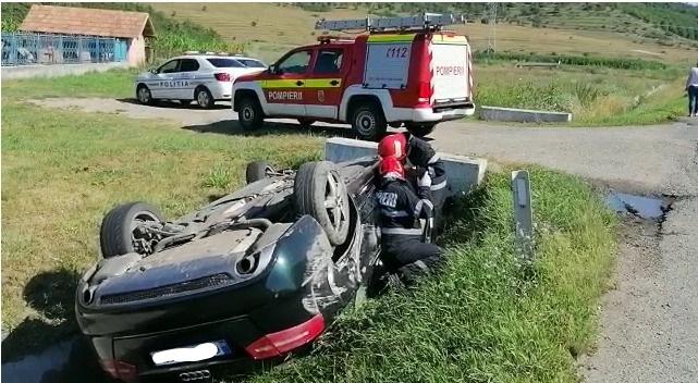 Mașină răsturnată pe centura Apahida. Două persoane au fost rănite