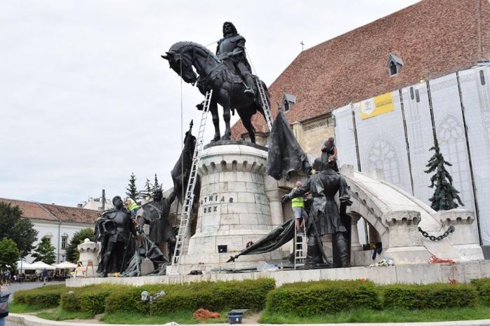 FOTOGRAFIA ZILEI Statuia lui Matei Corvin va fi curățată!