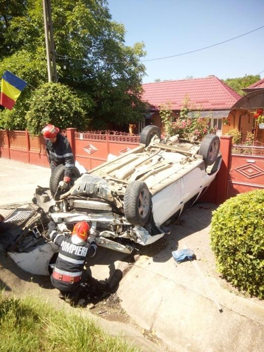 """Accident între Cluj și Gherla. Un șofer septuagenar """"s-a dat peste cap"""" cu mașina"""