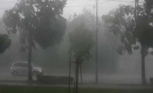 Nu scăpăm de ploaie. COD GALBEN de ploi torențiale, vânt și grindină