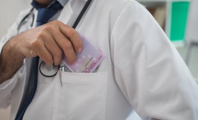 Medic clujean, condamnat la trei ani de închisoare pentru luare de mită