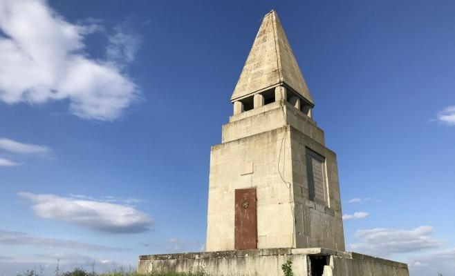 Monumentul Răscoalei de la Bobâlna, lăsat de izbeliște! A fost vandalizat și scrijelit, însă autoritățile închid ochii