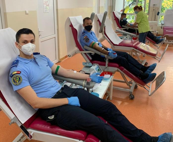 Jandarmii clujeni au donat sânge și îndeamnă cetățenii să facă la fel. Numărul donatorilor, infim