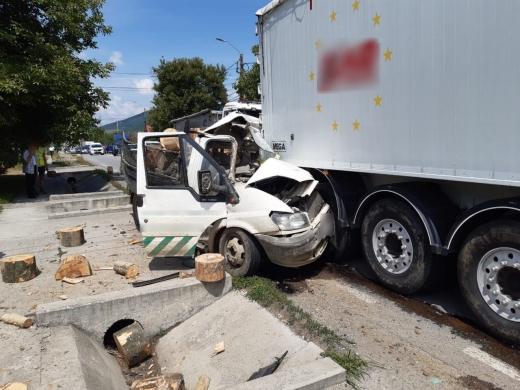ACCIDENT GRAV în Urișor! O camionetă a intrat într-un TIR
